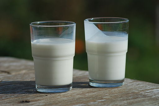 512px-Buttermilk-(right)-and-Milk-(left)